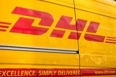 Muestra logística de la compañía de DHL en la furgoneta de entrega en el tiempo del día Imagen de archivo libre de regalías