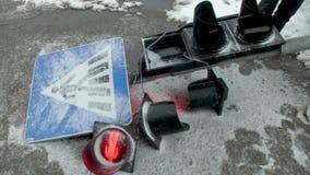 Muestra machacada del paso de peatones y semáforo que destella en la colisión del coche de Afrer de la nieve almacen de metraje de vídeo