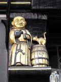 Muestra medieval del Pub que muestra una cerveza inglesa de consumición del monje Imagen de archivo