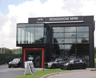 Muestra mini y de BMW de la concesión de coche Foto de archivo