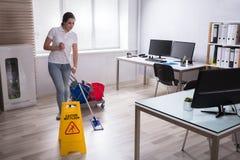 Muestra mojada de la precaución del piso en piso fotos de archivo
