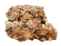 Muestra natural de roca conglomerada de la grava y de los guijarros cementados en el fondo blanco Foto de archivo