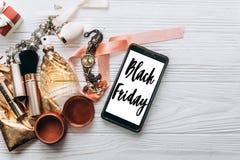 Muestra negra del texto de la venta de viernes en el teléfono de pantalla y la joyería del lujo imagenes de archivo