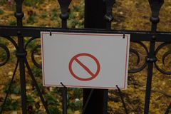 muestra no permitida de los perros en un parque en una etiqueta de la cerca Fotografía de archivo libre de regalías