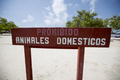 Muestra no permitida de los perros por la playa en Venezuela Foto de archivo libre de regalías