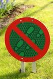 Muestra: no recorra en la hierba Imágenes de archivo libres de regalías