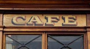 Muestra nostálgica del café de la madera en la entrada de una cafetería imagen de archivo