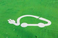 Muestra para el estacionamiento del vehículo eléctrico en la tierra Foto de archivo libre de regalías