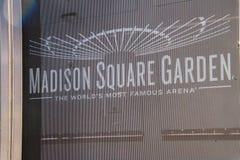 Muestra para Madison Square Garden en una cortina de la malla que bloquea la construcción en este sitio imagenes de archivo