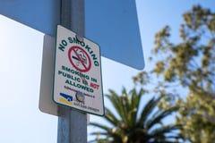 Muestra para ningún fumar público permitido en la ciudad fotografía de archivo