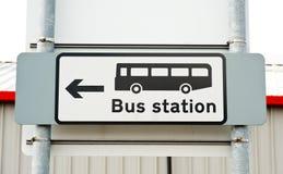 Muestra para y dirección al término de autobuses. Foto de archivo