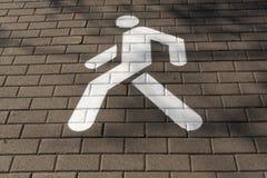 Muestra peatonal blanca en el pavimento Imagen de archivo