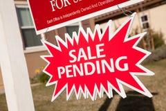 Muestra pendiente de la explosión de las propiedades inmobiliarias de la venta Foto de archivo libre de regalías