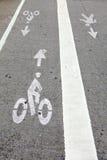 Muestra pintada blanca para el carril de las bicis Imagenes de archivo
