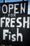 Muestra pintada a mano de los pescados frescos en la playa inglesa Imagen de archivo libre de regalías