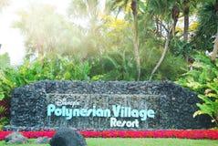 Muestra polinesia del centro turístico del pueblo de Disney en la manera de la entrada con las flores Imagenes de archivo