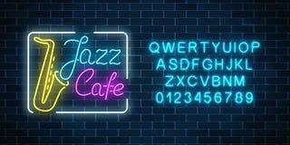 Muestra que brilla intensamente de neón del café y del saxofón del jazz con alfabeto Letrero de la calle que brilla intensamente  imagenes de archivo
