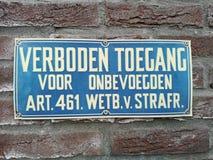 Muestra que dice en holandés que el acceso no está permitido para la gente desautorizada fotos de archivo