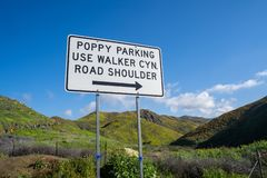 Muestra que ordena a visitantes ver las amapolas del superbloom en Walker Canyon en el lago Elsinore California en donde parquear foto de archivo