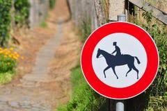 Muestra que prohíbe el montar a caballo de lomo de caballo Fotos de archivo libres de regalías