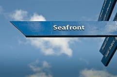 Muestra que señala la manera a la orilla del mar Fotos de archivo libres de regalías
