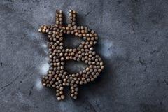 Muestra quemada del bitcoin en una textura del metal, el concepto de un desplome crypto de la moneda Imágenes de archivo libres de regalías