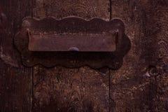 Muestra rústica y elegante de la ranura de correo - del correo foto de archivo
