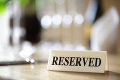 Muestra reservada en la tabla del restaurante Imagenes de archivo