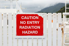 Muestra resistida con cautela ninguna entrada - peligro de radiación fotografía de archivo