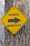 Muestra reversa de la flecha de la hipoteca en árbol Fotografía de archivo
