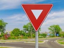 Muestra roja de la coordinación del tráfico por carretera del triángulo en el camino imagen de archivo libre de regalías