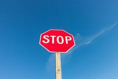 Muestra roja de la parada contra el cielo azul fotografía de archivo libre de regalías