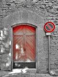 Muestra roja de madera de la puerta y del estacionamiento prohibido Fotos de archivo libres de regalías