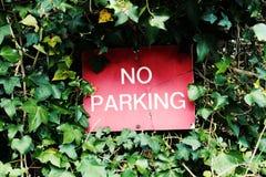 Muestra roja del estacionamiento prohibido Fotografía de archivo libre de regalías