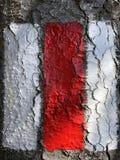 Muestra roja y blanca pintada en pista de senderismo de marcado de la roca o la marca suiza del rastro de montaña imágenes de archivo libres de regalías