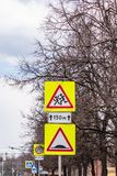 Muestra rusa amarilla 1 23 - Niños y muestra artificial 5 de la precaución de la aspereza 20 imagenes de archivo