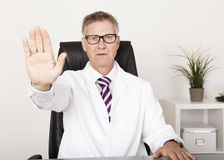 Muestra seria del doctor Showing Hand Stop Foto de archivo libre de regalías