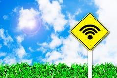 Muestra sin hilos del Internet Wi-fie en el cielo hermoso Imágenes de archivo libres de regalías