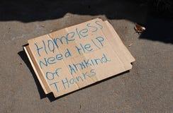 Muestra sin hogar en la cartulina imagenes de archivo