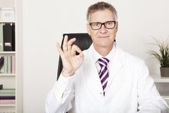 Muestra sonriente del doctor Showing Okay Hand Fotos de archivo libres de regalías