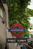 Muestra subterráneo del tubo de Londres en una pared imagen de archivo