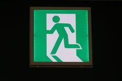 Muestra verde de la salida de emergencia Foto de archivo