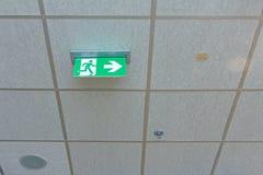 Muestra verde de la salida de emergencia Imagen de archivo