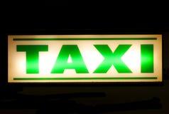 Muestra verde de neón del taxi Foto de archivo libre de regalías