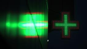 Muestra verde y roja iluminada de la farmacia en la noche almacen de metraje de vídeo