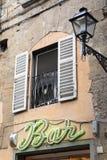 Muestra y farola iluminadas de la barra en Florencia, Italia Fotografía de archivo