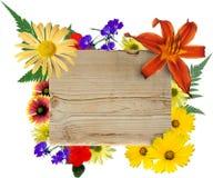 Muestra y flores de madera Fotos de archivo libres de regalías