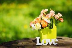 Muestra y flores del amor al aire libre Fotografía de archivo libre de regalías