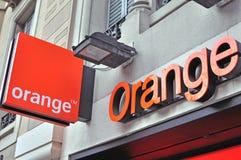 Muestra y logotipo anaranjados de la compañía Foto de archivo