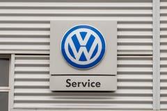 Muestra y logotipo del servicio de Volkswagen imagenes de archivo